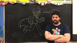 Yves Bourgelas devant le tableau en salle de classe. Un croquis y a été dessiné à la craie.