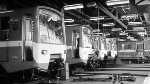Quatre voitures de tête du métro dans un atelier