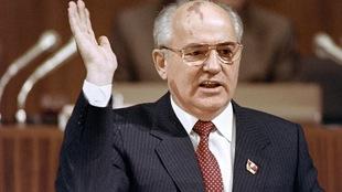 En 1990, Mikhaïl Gorbatchev parle, la main levée.