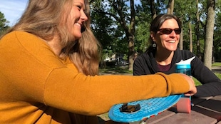 En été, deux femmes souriantes dans un parc