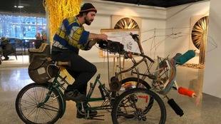 L'artiste Mathieu Fecteau sur sa sculpture machine à tricoter, fabriquée à partir de pièces de vieux vélos