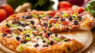 Une pizza découpée dont on retire une pointe.