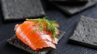 Des canapés au saumon fumé.