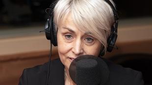 Une femme parle devant un micro.