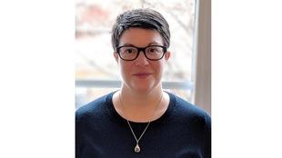 Morgan Craig devant une fenêtre. Elle est professeure adjointe au Département de mathématiques et de statistique, Université de Montréal