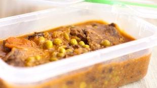 Un plat en plastique contenant un lunch.