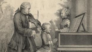 Le jeune Wolfgang Amadeus Mozart est assis au piano pendant que son père Léopold joue du violon et que sa soeur Marie Anne, chante.