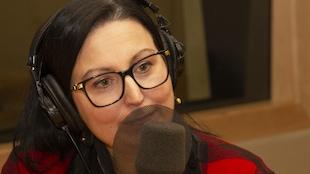 La femme parle à la radio dans un micro.
