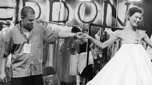 Alexander McQueen tient la main de la mannequin Shalom Harlow.
