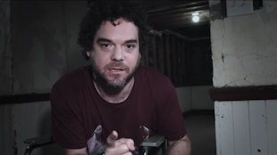 L'acteur Pierre-Luc Brillant pointe la caméra dans le film <em>Le nid</em>, de David Paradis.