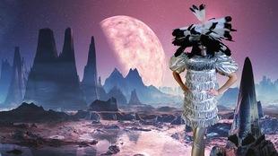 Un mannequin avec un costume rappelant les vêtements traditionnels autochtones, sur fond de paysage lunaire dans des teintes pastel.