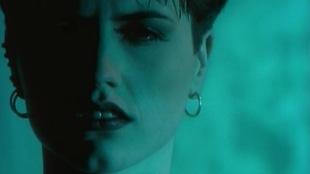 Le visage de Dolores O'Riordan sur fond bleu-vert
