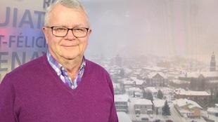 Phil Desgagné pose devant une vue hivernale de Chicoutimi