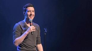 Un homme sur une scène avec un microphone