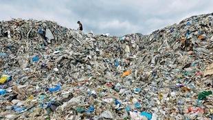 Une montagne formée de toutes sortes d'emballages de plastique.