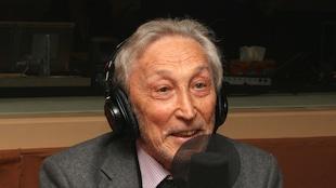 Georges Vigarello, historien,  spécialiste de l'histoire de l'hygiène, de la santé, des pratiques corporelles et des représentations du corps, photographié dans le studio 18 de Radio-Canada