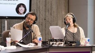 Les acteurs Bruno Marcil et Catherine Trudeau lisent un texte.