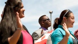 Des immigrants de différentes origines prêtent serment au Canada.