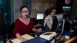 En régie, la chef médias Lynne Ouellet (à gauche), la première réalisatrice Ève-Marie Forcier (au centre) et l'adjointe à la mise en ondes Sarah Murphy (à droite) se préparent à toute éventualité.