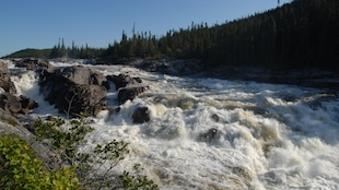 La rivière Magpie, dans la région de la Côte-Nord, est l'une des dernières grandes rivières sauvages du Québec, avec ses 280km de longueur.