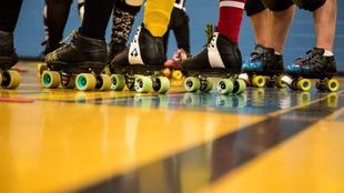L'équipe de roller derby de Sherbrooke, les Rebelles. On ne voit que les patins d'une dizaine de personnes sur le sol d'un gymnase.