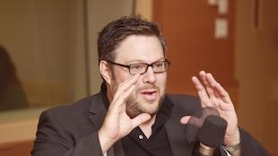 Mathieu Bock-Côté au micro du studio 18, discutant et gesticulant