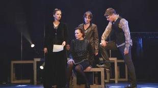 quatre personnes sont sur scène.