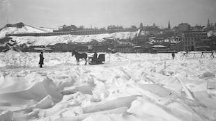 Un pont de glace devant la Basse-Ville de Québec, à la fin du 19e siècle.