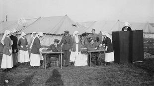 Des infirmières canadiennes votent dans un camp en France, durant la guerre, en 1917.