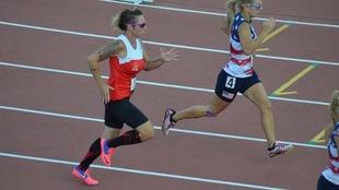 Hélène Lescelleur court sur une piste d'athlétisme