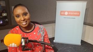 Karima-Catherine Goundiam pose derrière un microphone.