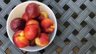 Un bol de nectarines.