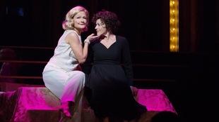 Jayne Lewis et Louise Pitre sur scène.