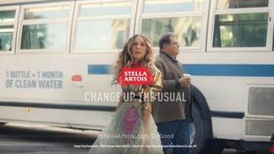La comédienne Sarah Jessica Parker pose devant un autobus.