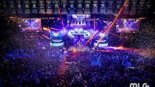 Une grande foule assiste à une compétition de sport électronique.