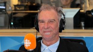 L'auteur-compositeur-interprète Zachary Richard dans le studio 17 de Radio-Canada, souriant
