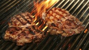 Un steak sur un barbecue