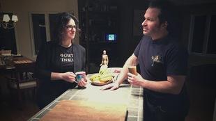 Mylène Beauchamp et Nicolas Dumaine sont dans leur cuisine et se regardent.