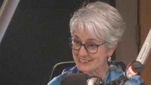 Simone Neveux au micro du studio 14 de Radio-Canada à Winnipeg
