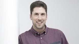L'auteur tient le roman Anick la bête dans ses mains.