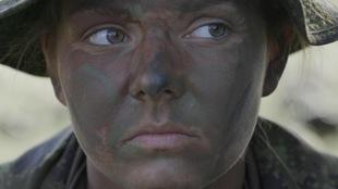 Une jeune femme avec du maquillage de camouflage sur le visage