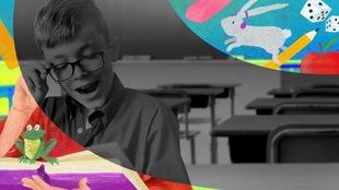 Un jeune garçon est assis à son puptire avec un livre en main. Une vague d'objets colorés tel que des articles scolaires, un pomme et un lapin dynamise l'espace.