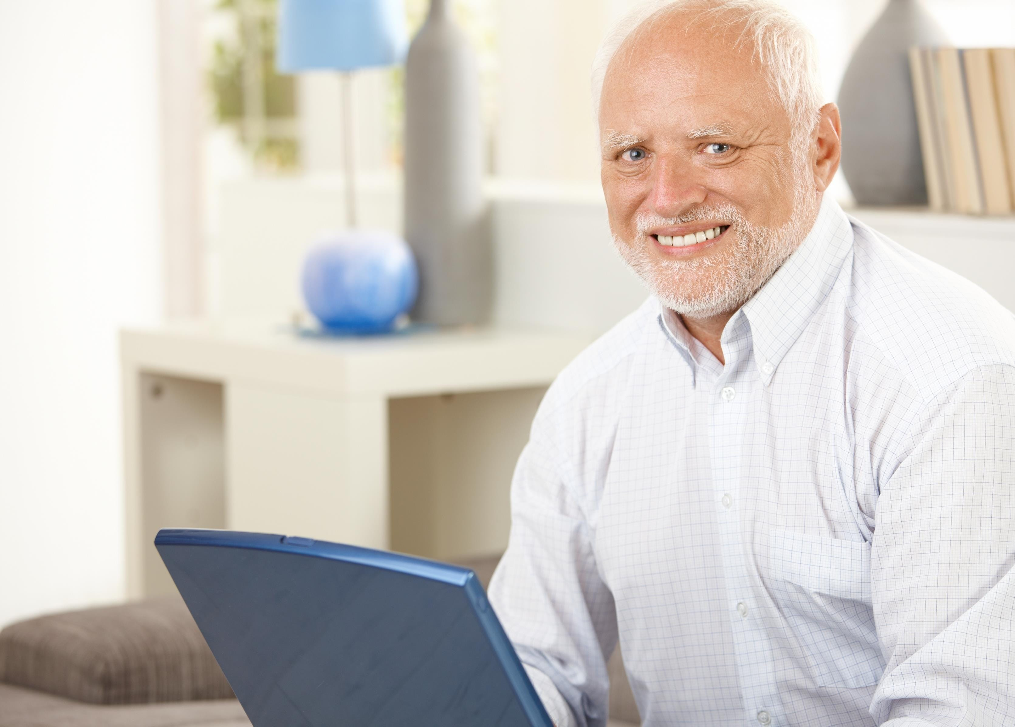 Un homme devant un ordinateur.