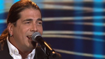 Dany Bédar chante <em>Faire la paix avec l'amour </em>pour Mélissa Bédard