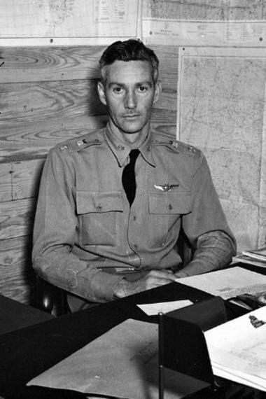 Joseph Duckworth est assis à son bureau, en 1942.