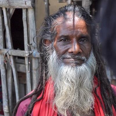 Un vieil homme arborant des tresses rastas.