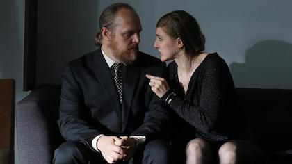Marlène parle fermement à Mike Pratt en le pointant du doigt