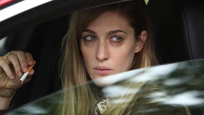 Marlène est anxieuse, une cigarette à la main et le mascara qui a coulé de ses yeux