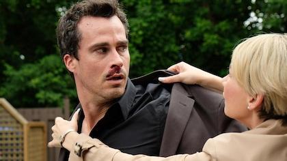 Sylvain a du sang sur la bouche pendant que Anne essai de lui remettre son veston