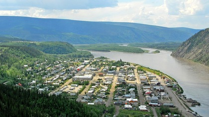 Photo aérienne de la ville au bord du fleuve Yukon